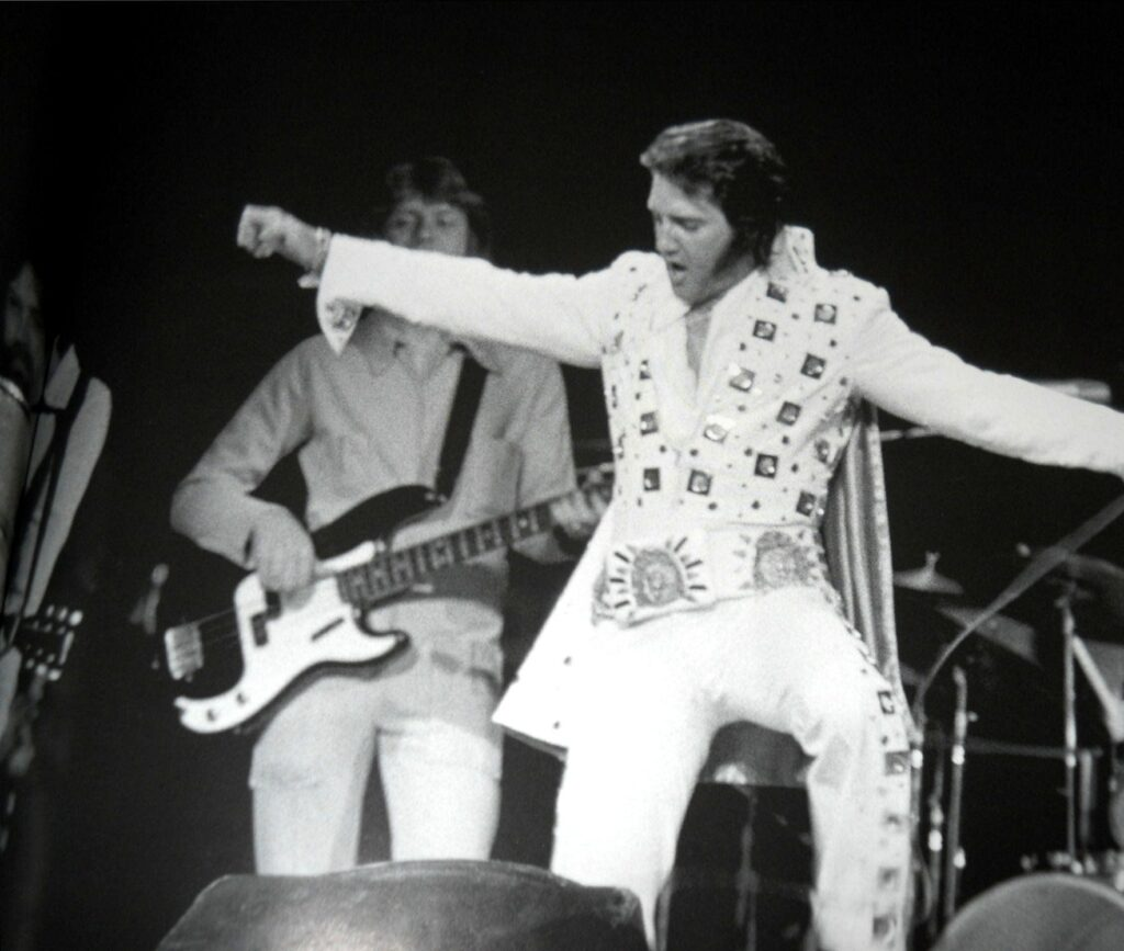 Elvis Presley in his iconic white suit - The 10 best photographs in the history of music